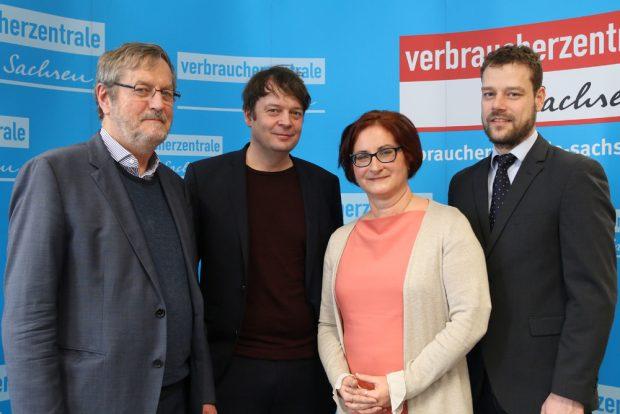 Bündnis gegen Wucher: Prof. Udo Reifner (IFF), Michael Knobloch (VZ Hamburg), Andrea Heyer (VZ Sachsen) und Dr. Dirk Ulbricht (IFF). Foto: VZS