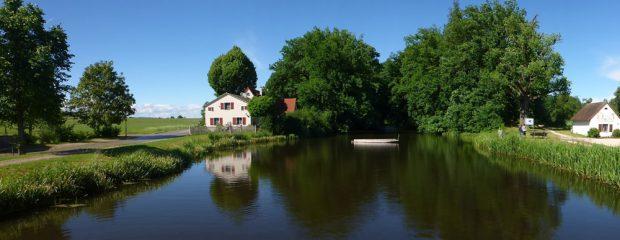 Zentraler Bereich des Karlsgrabens in der Ortschaft Graben. Im Hintergrund sind die bewaldeten Aushubwälle des Kanals zu sehen. Foto: Lukas Werther/Friedrich-Schiller-Universität Jena