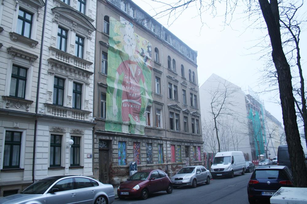 Unsaniert: Ludwigstraße 48 und 46. Eingerüstet im Hintergrund: das richtige Kindheitshaus von Lene Voigt, die Nr. 40. Foto: Ralf Julke