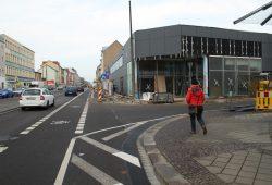 Sah schon während des Baus hässlich aus: der Rewe-Markt in der Georg-Schumann-Straße. Archivfoto: Ralf Julke