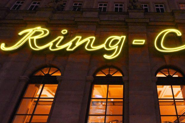 Neue Leucht-Reklame fürs Ring-Café. Foto: LWB, Waltraud Grubitzsch