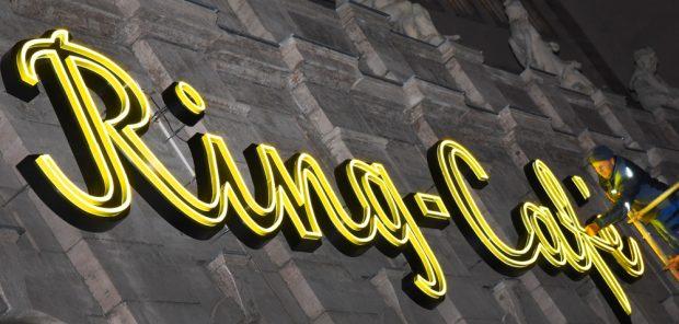 Prüfung der neuen Leuchtreklame fürs Ring-Café. Foto: LWB, Waltraud Grubitzsch