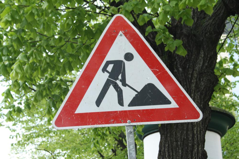 Gehört eigentlich ans OBM-Büro: Baustellen-Schild. Foto: Ralf Julke