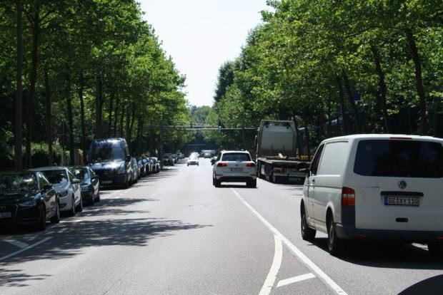 Die Tauchnitzstraße am Clara-Zetkin-Park. Foto: Ralf Julke