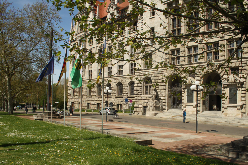 Alte Vorplatzgestaltung mit altem Fahnenmastsockel (links im Bild). Foto: Ralf Julke