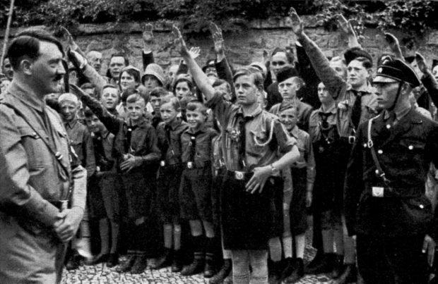 """1933: Die sächsische Jugend huldigt dem neuen Reichskanzler und """"Führer"""" Adolf Hitler. Foto: Bilderdienst Hamburg, gemeinfrei"""