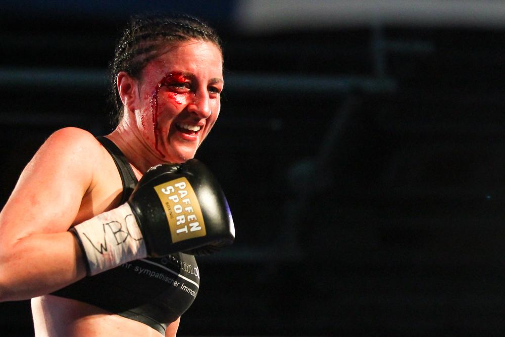 Blut, Schweiß und ein Lächeln - Sandra Atanassow aus Leipzig gewinnt ihren ersten Welttitel. Foto: Jan Kaefer