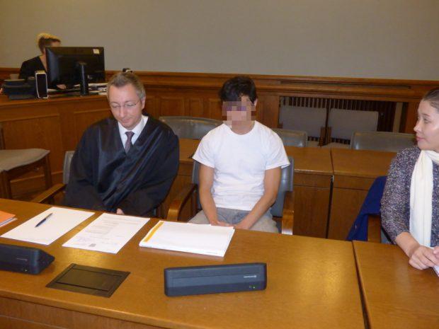 Dovchin D. (M.) neben seiner Dolmetscherin und seinem Anwalt Stefan Wirth. Foto: Lucas Böhme
