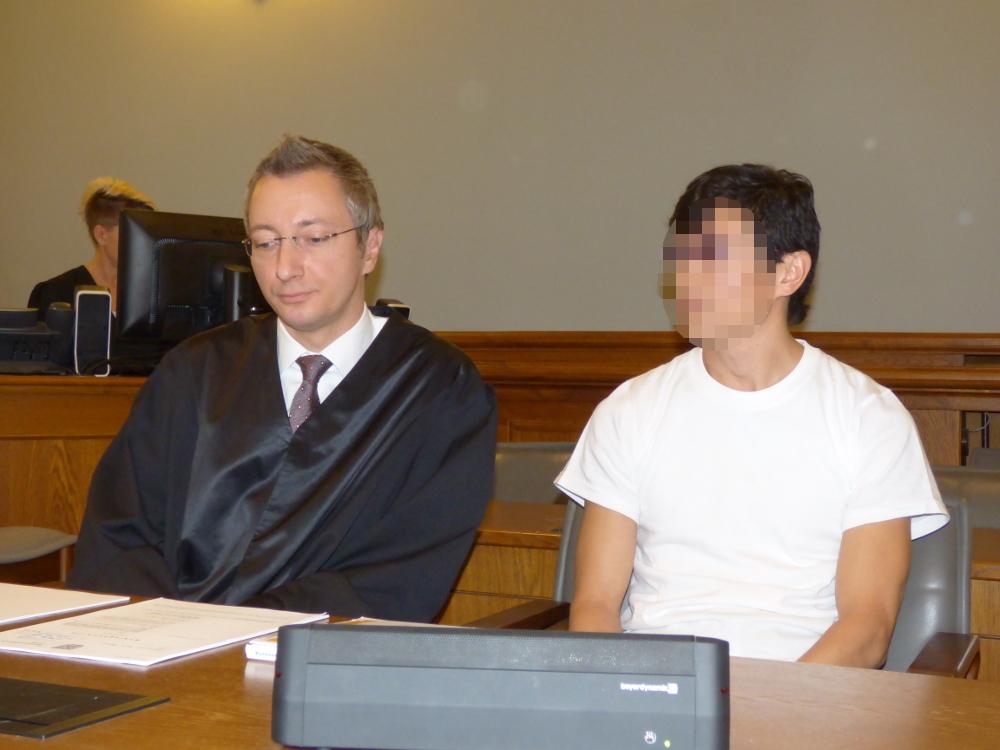 Der Angeklagte Dovchin D. (38, r.) am 17. November 2017 neben Strafverteidiger Stefan Wirth am Landgericht Leipzig. Foto: Lucas Böhme
