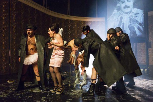 König Ubu und Ubus Prozess derzeit am Schauspiel Leipzig. Foto: Rolf Arnold