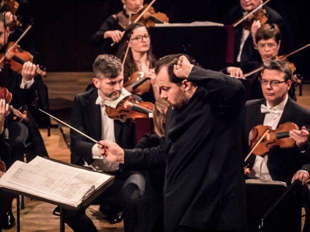 Andris Nelsons dirigiert das Gewandhausorchester. Foto: Luca Kunze