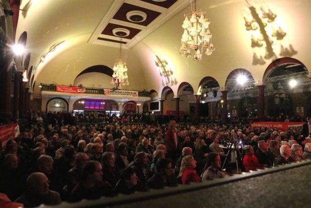 Krachend voller Saal in Leipzig mit rund 1.200 Menschen im Felsenkeller. Foto: L-IZ.de