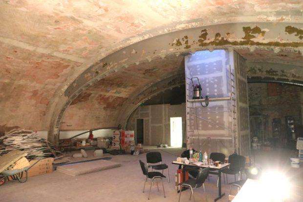 Links die Toilette und rechts fehlt noch die Bar - am Ende wird es Platz für rund 100 Besucher ergeben. Foto: Michael Freitag