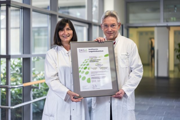 Chefärztin Dr. Sylvia Gütz (Ev. Diakonissenkrankenhaus Leipzig) und Chefarzt Dr. Axel Skuballa (Klinikum St. Georg Leipzig) nehmen das Zertifikat entgegen. Foto: Kay Zimmermann