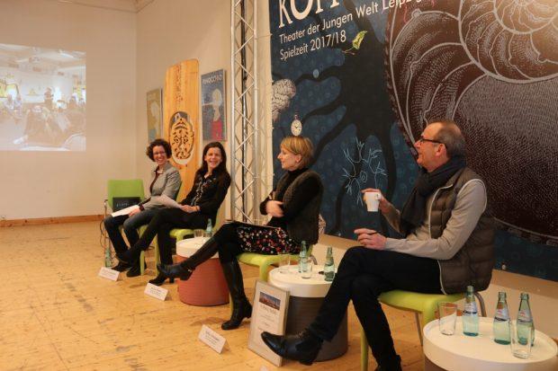 Neue Stücke, Erfolge in der Spielzeit: Pressekonferenz mit (vlnr.) Birgit Lindermayer (Presse), Antje Klahn (Leitung Dramaturgie), Lydia Schubert (Verwaltung) und Jügen Zielinski (Intendant). Foto: Michael Freitag