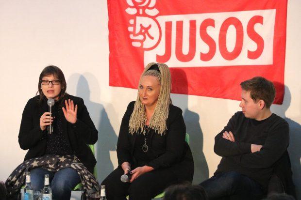 Pro GroKo und NoGroKo gleichberechtigt auf dem Podium. Katja Pähle, Irena Rudolph-Kokot (Moderation) und Kevin Kühnert. Foto: Michael Freitag