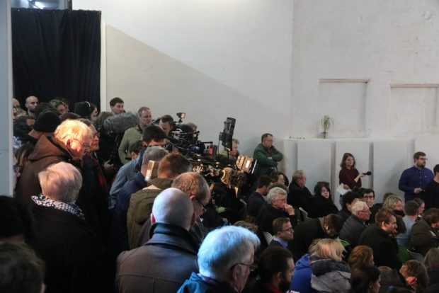 Der Hauptteil des frühen Abends war geprägt von Zuschauerfragen und hohem Medieninteresse. Foto: Michael Freitag