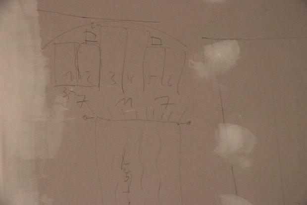Wie sollen die Vorhänge gehängt werden? Skizze auf dem Trockenbau. Foto: Michael Freitag