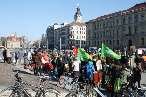 """Kundgebung gegen """"Dicke Luft"""" vorm Bundesverwaltungsgericht. Foto: Ralf Julke"""