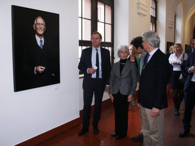 Das Porträt von Hinrich Lehmann-Grube - hier mit Burkhard Jung, Ursula Lehmann-Grube, dem Fotografen Michael Bader und Museumsdirektor Volker Rodekamp. Foto: Ralf Julke