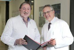 Wolfgang Köhler (links) leitet das Medizinische Zentrum für Erwachsene mit geistiger oder mehrfacher Behinderung (MZEB) am UKL. Angesiedelt ist es in der von Prof. Joseph Claßen (rechts) geführten Klinik für Neurologie. Foto: Ines Christ/UKL