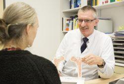 Prof. Christoph Baerwald versucht, der unklaren Ursache für die Krankheit auf den Grund zu kommen. Foto: Stefan Straube / UKL