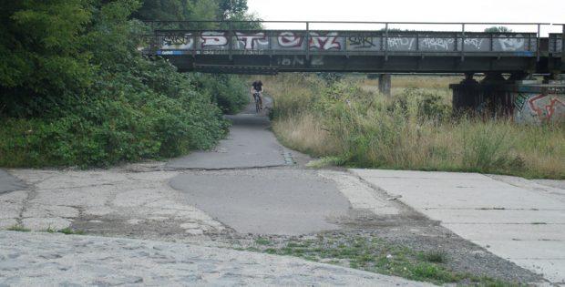 Unterführung unter der Eisenbahnbrücke an der Neuen Luppe. Foto: Ralf Julke