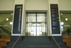 Eingang zur Stadtbibliothek am Wilhelm-Leuschner-Platz. Foto: Ralf Julke