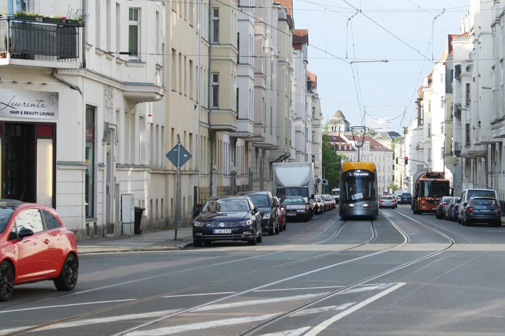 XL-Straßenbahn in der Lützowstraße. Foto: Ralf Julke