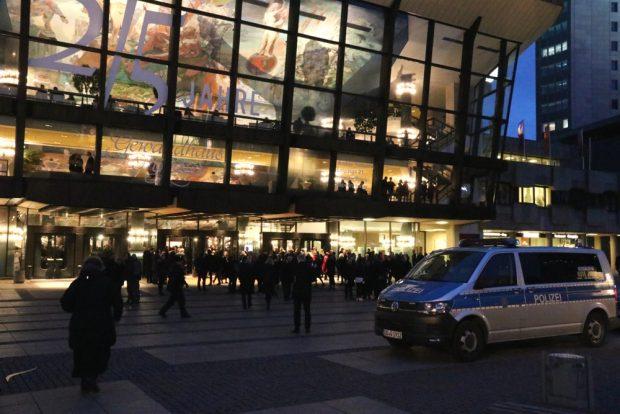 Alles strömt zum Gewandhaus und die Polizei ist überraschend markant präsent. Foto: L-IZ.de
