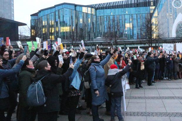 Ein Büchermeer gegen Rassismus und recjhte Verlage vor der Tür. Foto: L-IZ.de