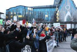 Jeder hatte ein Buch mitgebracht, was ihn besonders beeindruckt hat. Protest zum Start der Buchmesse 2018 gegen rechte Verlage auf dem Augustusplatz. Foto: L-IZ.de