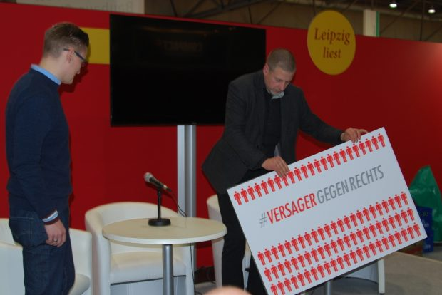 Der neurechte Publizist Götz Kubitschek protestiert gegen den Protest. Foto: René Loch
