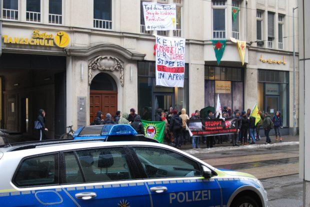 Etwa 50 Personen veranstalten vor dem SPD-Büro eine Kundgebung. Foto: René Loch
