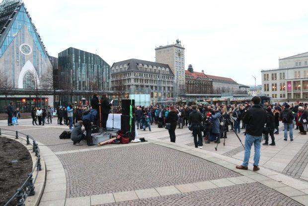 Rund 350 Menschen auf der Demo auf dem Augustusplatz. Foto: L-IZ.de