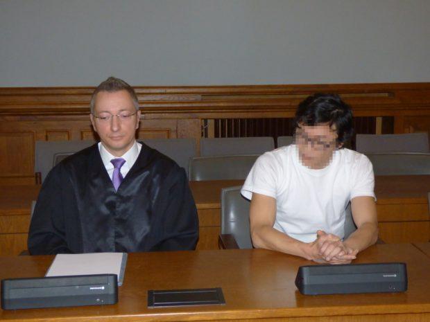 Dovchin D. (39) vor der Urteilsverkündung neben Rechtsanwalt Stefan Wirth. Foto: Lucas Böhme