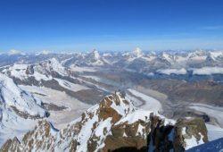 Gipfelblick von der Dufourspitze in der Schweiz (4.634 m). Foto: Erich Arndt