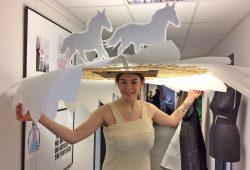 Modestudentin Jessica Gaebel präsentiert ein Hutmodell passend zum Rennbahnthema. Foto: Scheibenholz