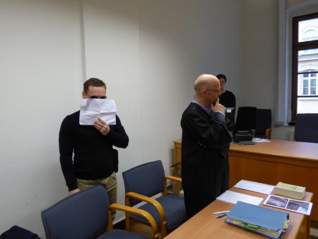 Der Angeklagte Johann G. (25, l.) am Freitag vor dem Landgericht neben Verteidiger Christian Avenarius. Foto: Lucas Böhme