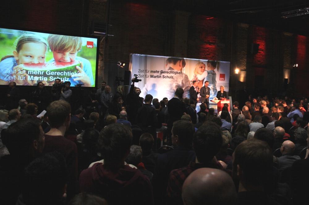 """Vor rund einem Jahr auch in Leipzig mit """"Gerechtigkeit"""" und Schulz in Leipzig gestartet – nun via Mitgliederentscheid in der GroKo gelandet (SPD-Veranstaltung im Kunstkraftwerk). Foto: L-IZ.de"""
