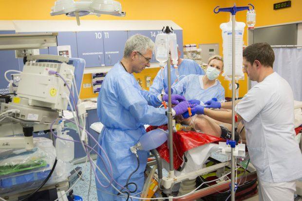 Prof. André Gries (links), Leiter der Zentralen Notfallaufnahme am UKL, und Mitarbeiter seines Teams versorgen einen Notfallpatienten. Foto: Stefan Straube/UKL