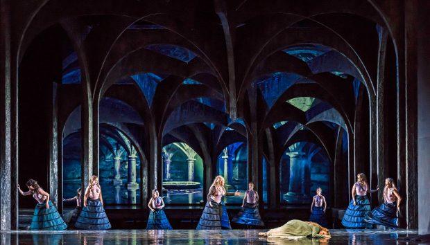 Das Bühnenbild bedient die Fans werkgetreuer Inszenierungen. Foto: Kirsten Nijhof
