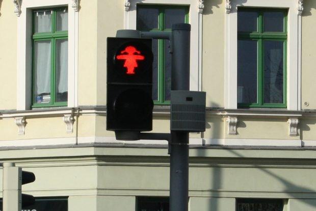 Rotes Ampel-Mädchen sagt: Halt! Foto: Ralf Julke