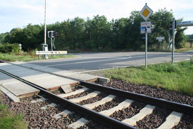 Der Bahnübergang am Teilungswehr - so hätte der Übergang am Equipagenweg auch werden können. Foto: Ralf Julke