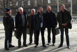 Die Mitglieder der Bürgerinitiative vor dem Wirtschaftsministerium in Dresden. Foto: BI Gegen die neue Flugroute