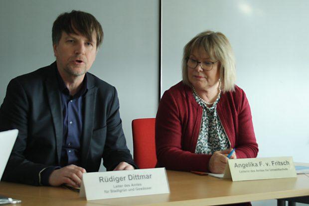 Rüdiger Dittmar, Leiter des Amtes für Stadtgrün und Gewässer, und Angelika von Fritsch, Leiterin des Amtes für Umweltschutz. Foto: Ralf Julke