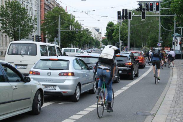 Alltagsverkehr in der Dresdner Straße. Foto: Ralf Julke