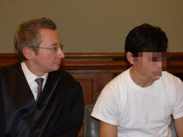 Dovchin D. (r.) mit Strafverteidiger Stefan Wirth. Foto: Lucas Böhme