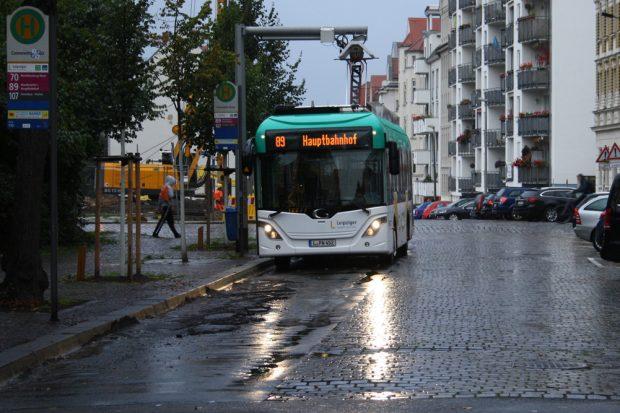 E-Bus beim Auftanken am Connewitzer Kreuz. Foto: Ralf Julke