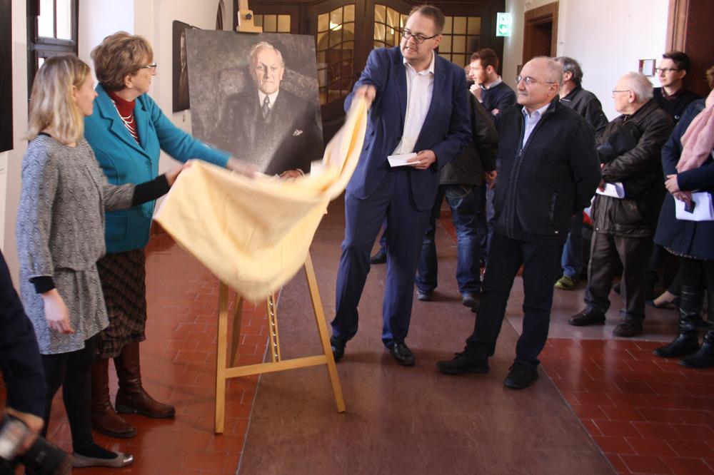 Enthüllung des Zeigner-Porträts durch die Linksfraktion am 16. Februar. Foto: Ralf Julke